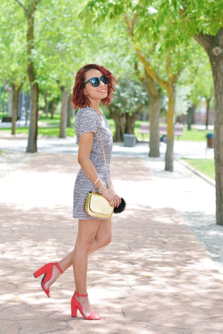 Cómo combinar un jumpsuit con zapatos rojos