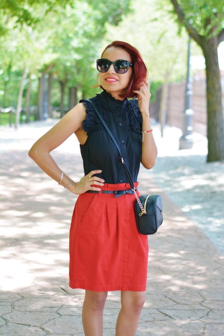 Cómo combinar el rojo y negro en verano
