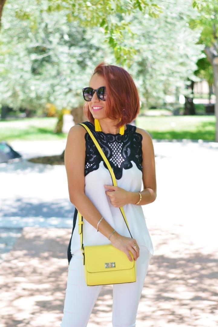 Look monocromático con accesorios amarillos