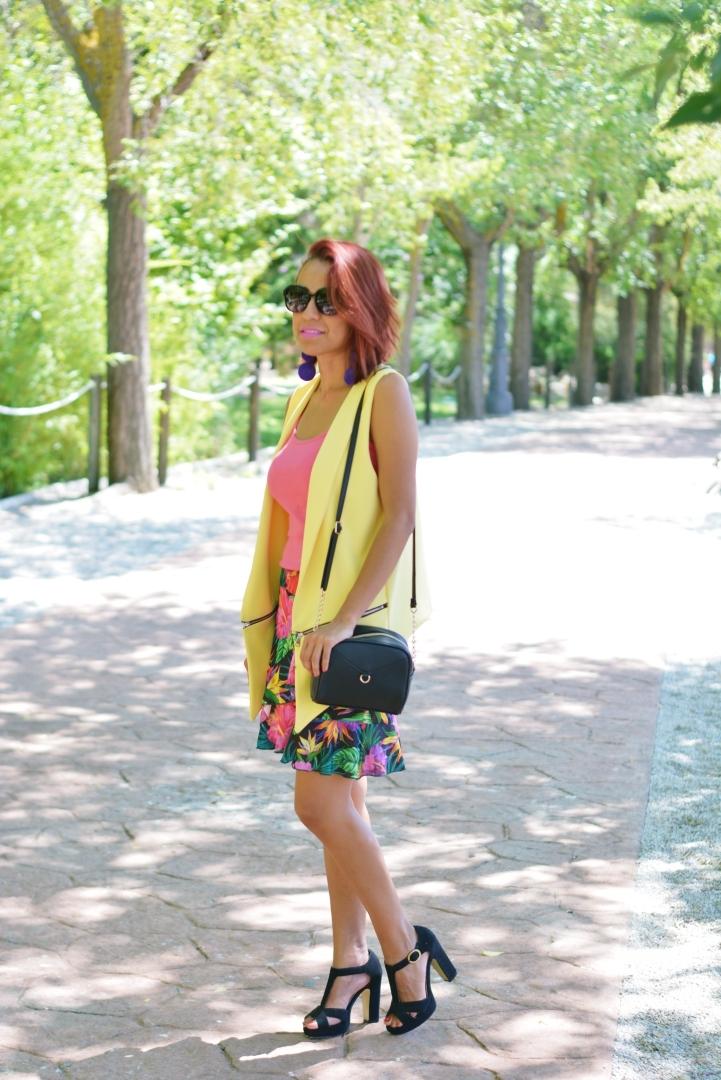 Look con chaleco amarillo