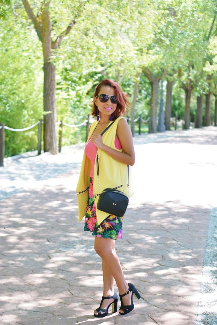 Outfit con falda estampada y chaleco