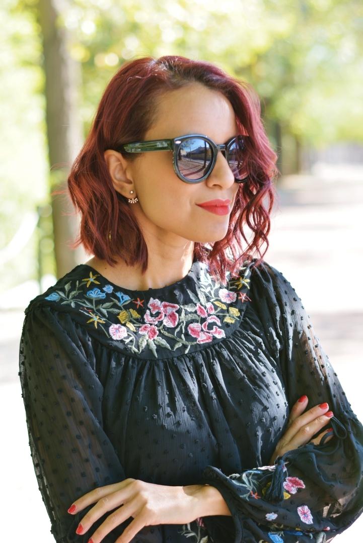 Cómo combinar una blusa de plumeti y bordados