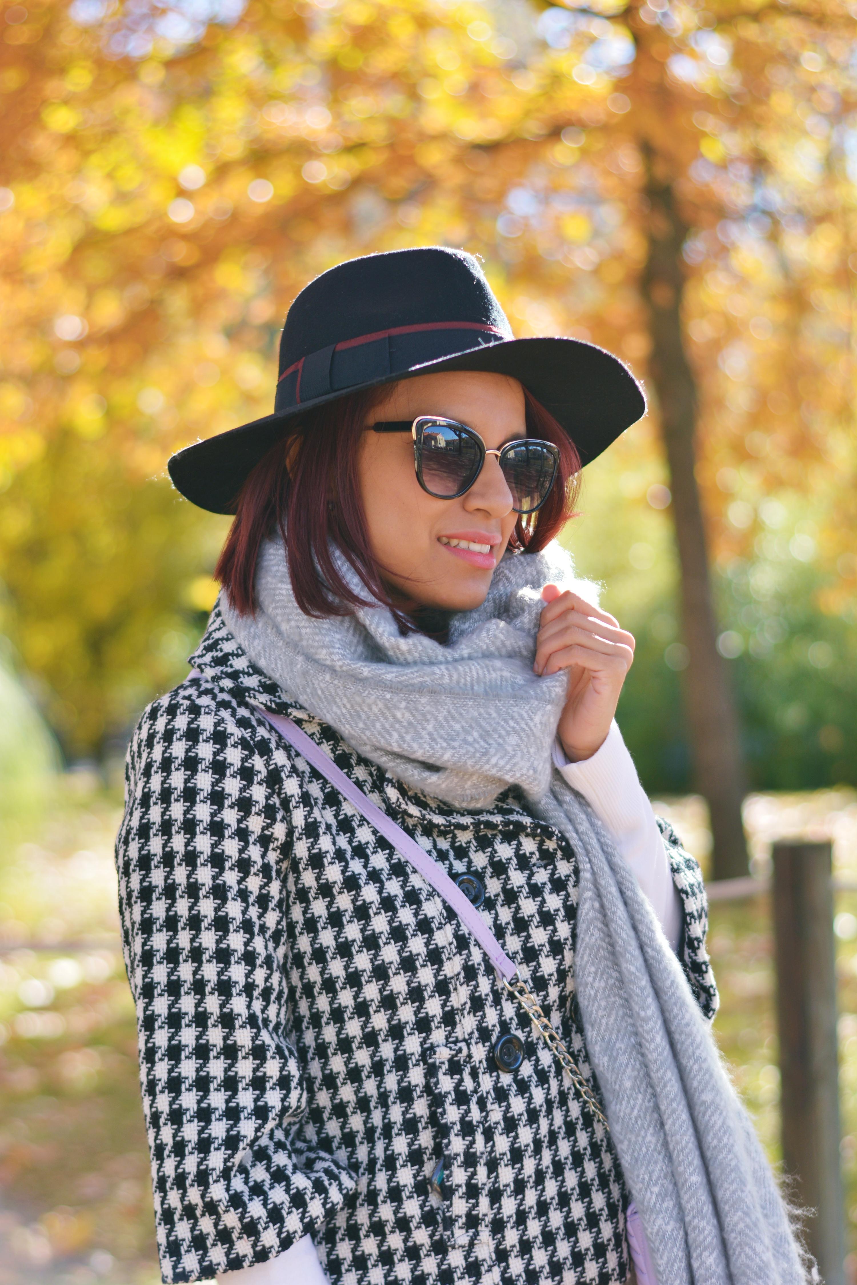 Look con Sombrero negro y bufanda de lana
