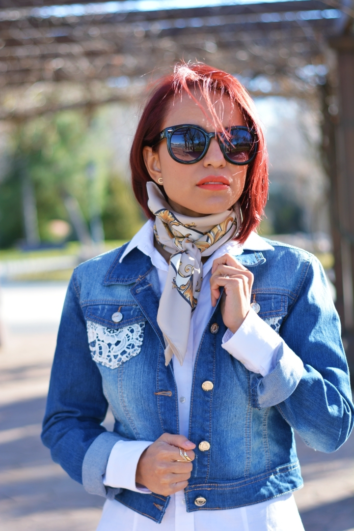Look denim y pañuelo atado