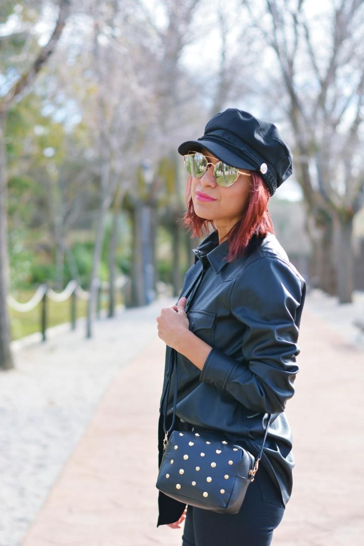 Outfit total black y gorra marinera