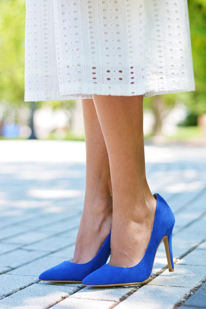Cómo combinar unos zapatos azul klein