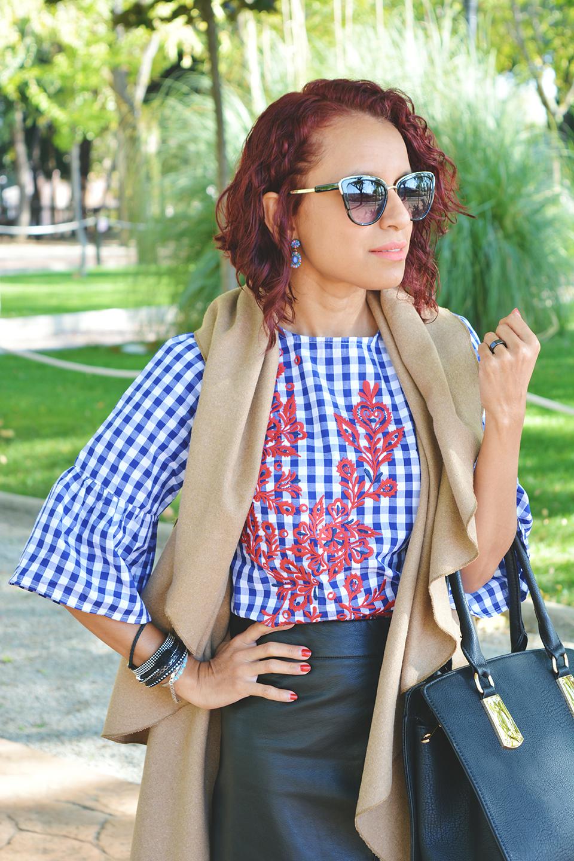 Cómo combinar una blusa de cuadros bordada