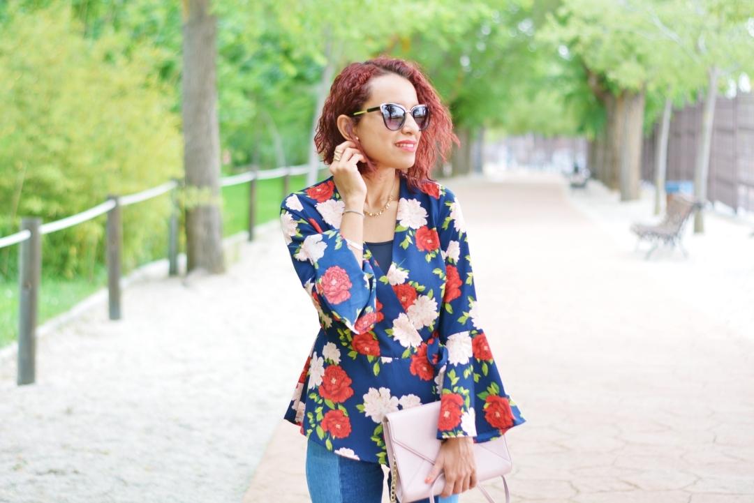 Cómo combinar una blusa de flores con mangas acampanadas