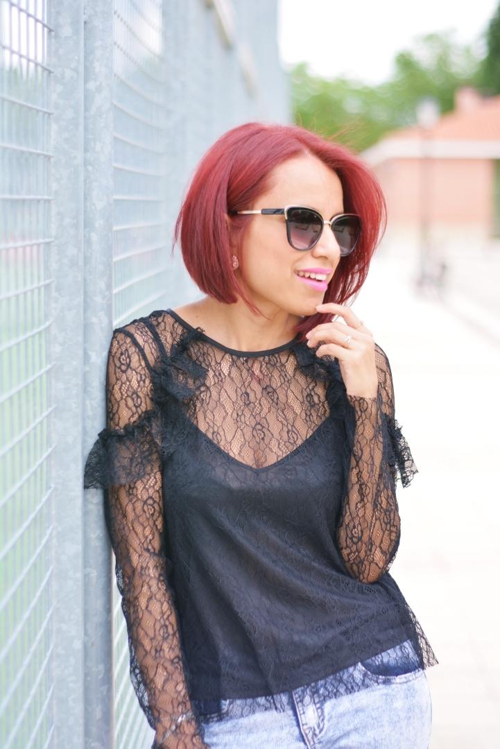 Cómo combinar una blusa de encaje negra